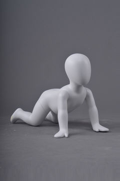 Kids abstract babymodel mannequin model jongen mannequin kruipen